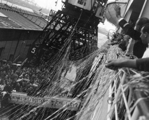 Cas Oorthuys | Afscheid bij het vertrek van het passagiersschip de Willem Ruys van de Koninklijke Lloyd
